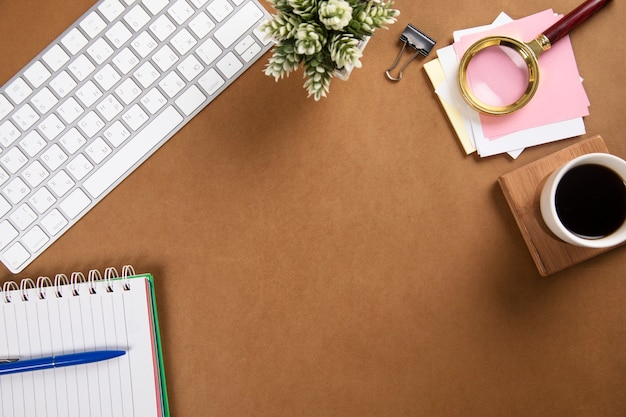 Notizblock mit tastatur und kaffee auf dem papier