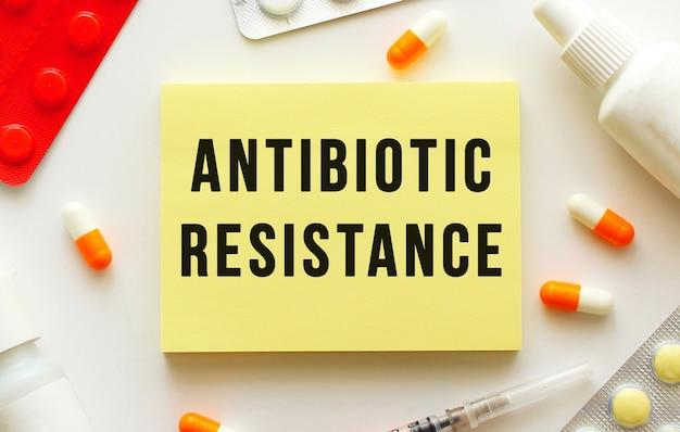 Notizblock mit text antibiotischer widerstand auf einem weiß