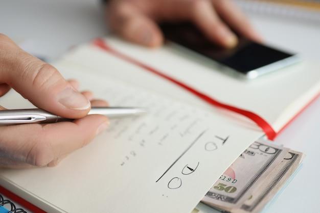 Notizblock mit todo-listen-bargeld und planung der täglichen ausgaben, monatliches budgetkonzept