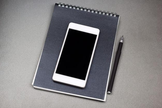 Notizblock, stift und handy