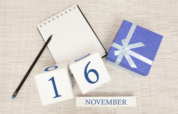 Notizblock und hölzerner kalender für den 16. november