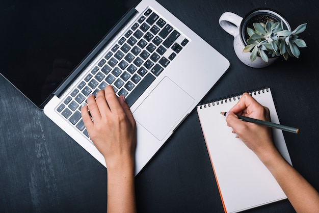 Notizblock- und laptopkonzept
