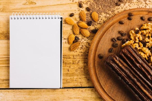 Notizblock und nüsse auf schneidebrett