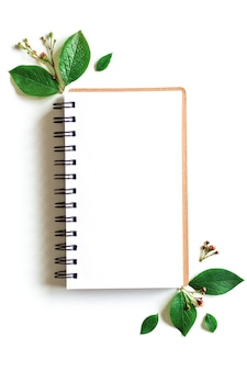 Notizblockmodell verlässt im papierkunststil auf grünem hintergrund. grünes blatt. vorlage. leerer raum, flache lage, draufsicht