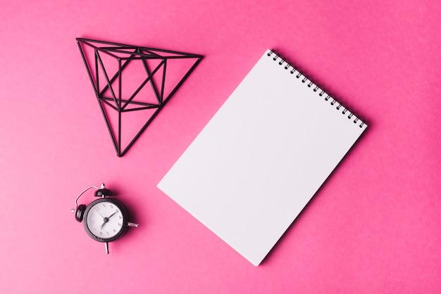 Notizblockschablone mit kreativitätskonzept