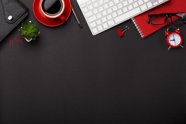Notizblockwecker-blumentagebuch der schwarzen kaffeetasse des hintergrundes rotes zählt leeren raumdesktop der tastatur