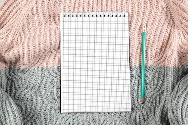 Notizbuch auf beschaffenheitspullover