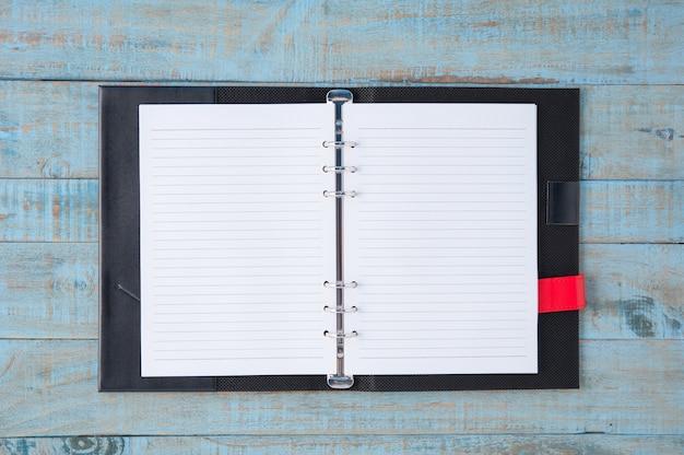 Notizbuch auf blauem holz tisch