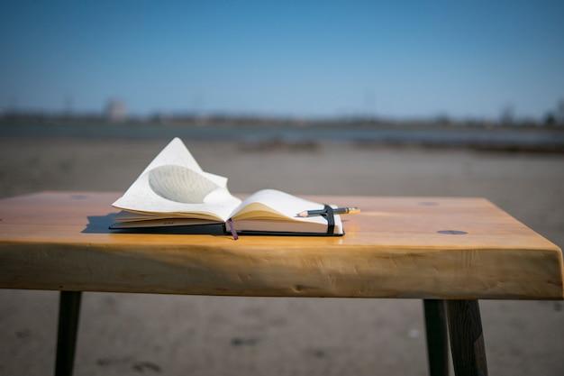 Notizbuch auf dem tisch in der natur