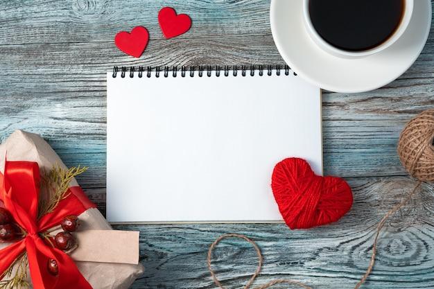 Notizbuch auf einem romantischen hintergrund. draufsicht mit platz zum kopieren.