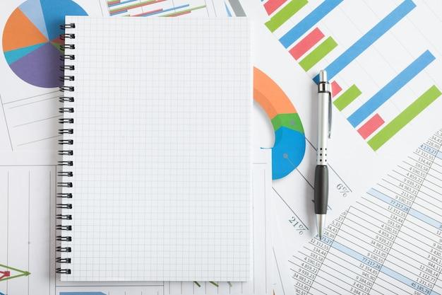 Notizbuch auf finanzdokumenten