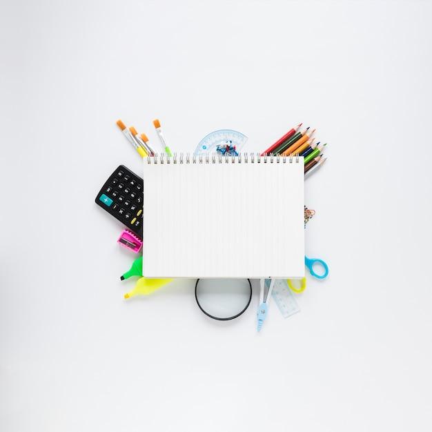 Notizbuch auf frühling und unterschiedlichem stationärem