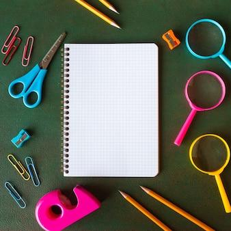 Notizbuch auf grünem bretthintergrund für spott oben zurück zu schule