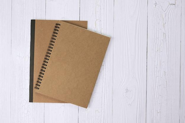 Notizbuch auf hölzerner tischplatteansicht