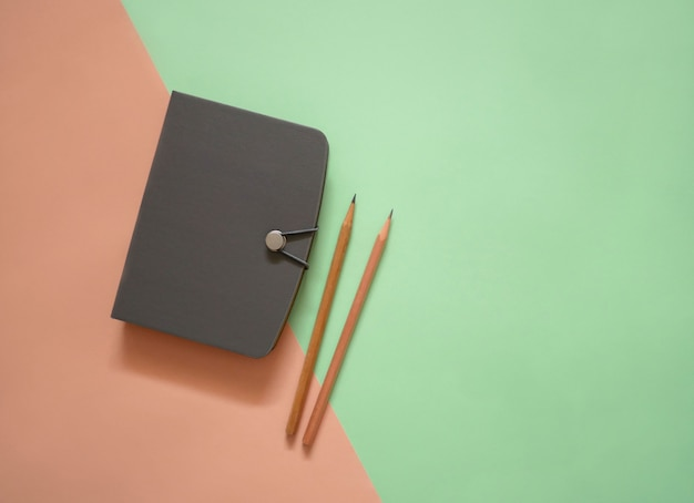 Notizbuch auf minimalem farbhintergrund
