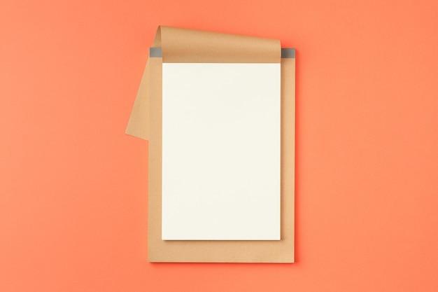 Notizbuch auf orangem hintergrund öffnen