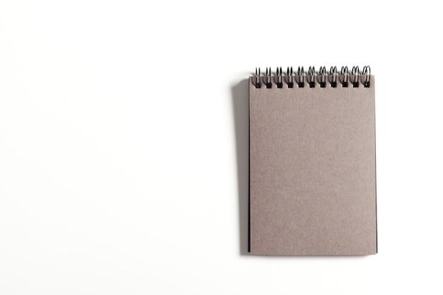 Notizbuch des leeren papiers auf weißem hintergrund