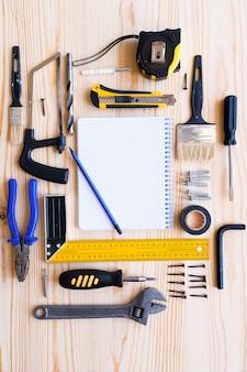 Notizbuch für aufzeichnungen und bauwerkzeuge für den bau einer haus- oder wohnungsrenovierung