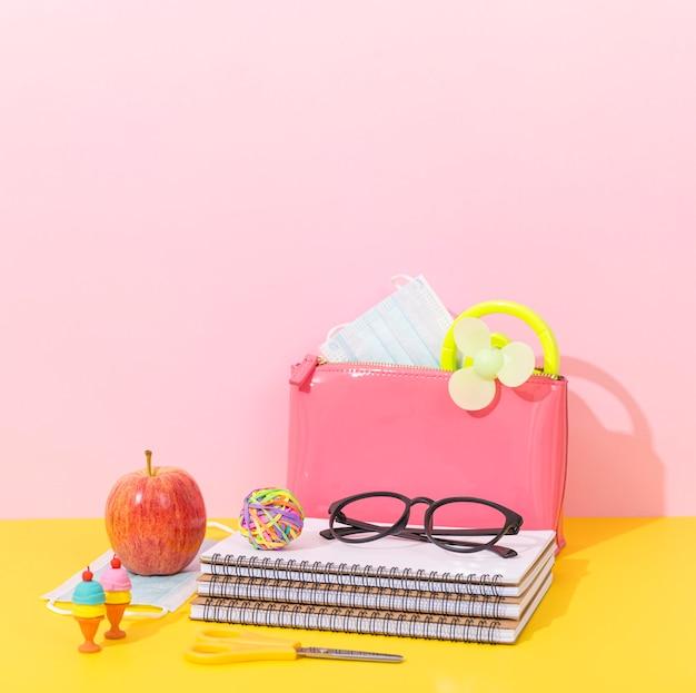 Notizbuch für den schulanfang mit brille und apfel