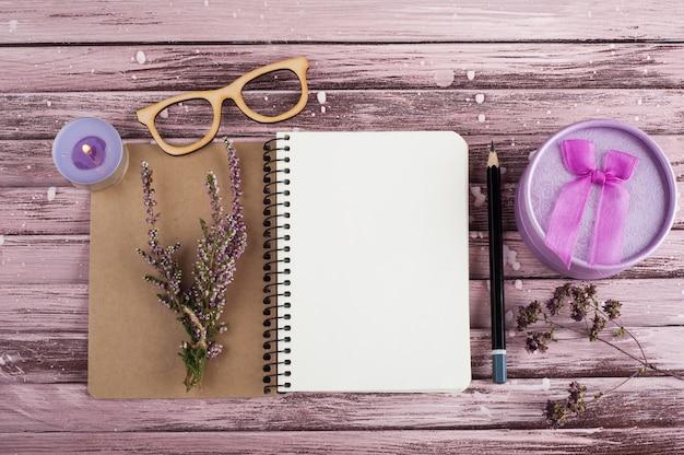 Notizbuch, heideblumen, kerzen