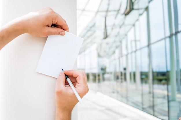 Notizbuch in der hand eines mannes