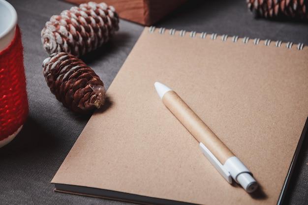 Notizbuch in der mitte der netten weihnachtsdekoration