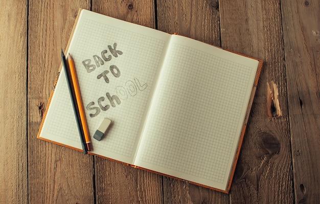 Notizbuch in einer schrägen linie auf einem holztisch mit platz für text.
