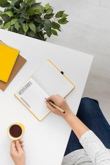 Notizbuch mit aufgabenliste auf dem schreibtisch