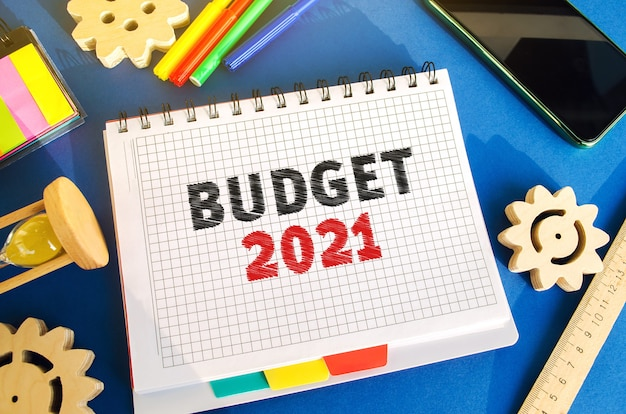 Notizbuch mit aufschrift budget 2021 geld ansammeln und budget planen