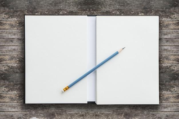 Notizbuch mit bleistift öffnen
