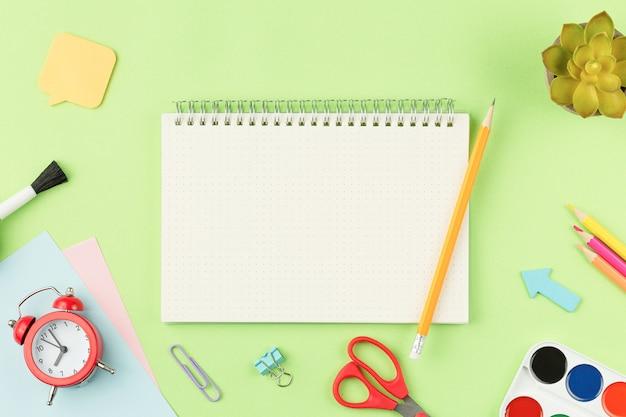 Notizbuch mit bleistift und schulmaterial