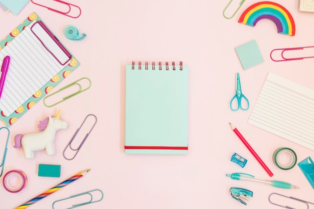 Notizbuch mit bunten schulsachen