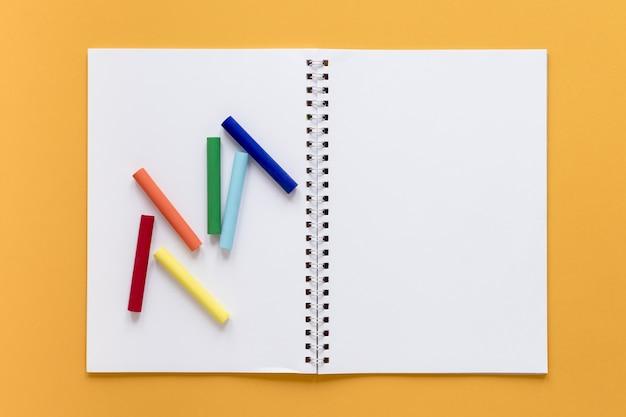 Notizbuch mit buntstiften