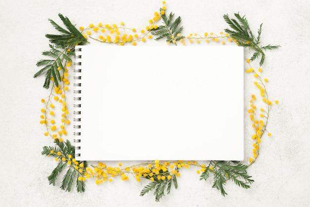 Notizbuch mit frühlingsblumen