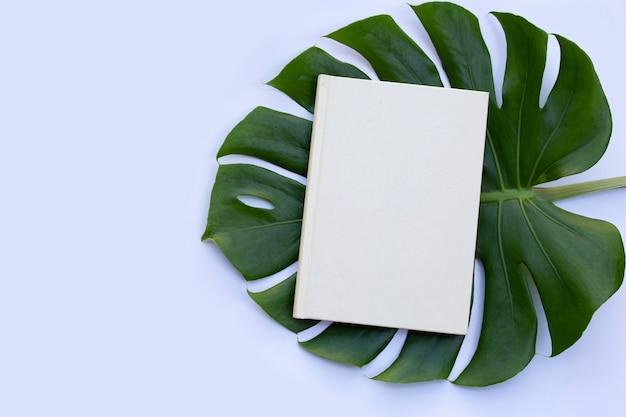 Notizbuch mit grünen blättern