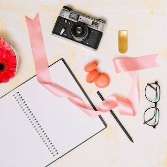 Notizbuch mit kamera und farbband auf leuchtpult