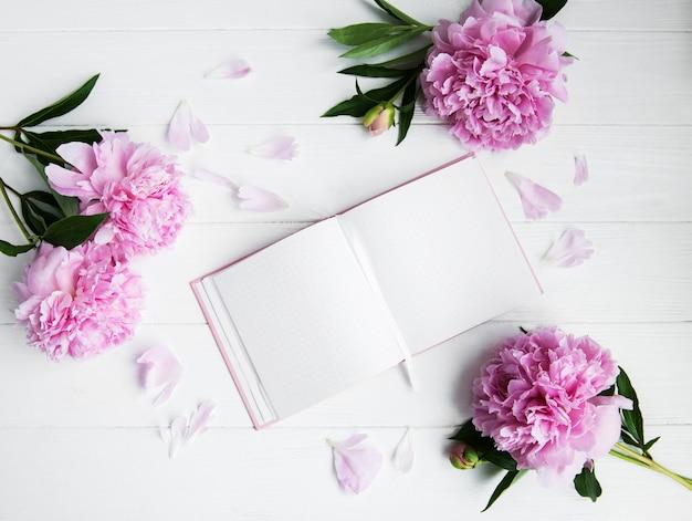 Notizbuch mit pfingstrosen