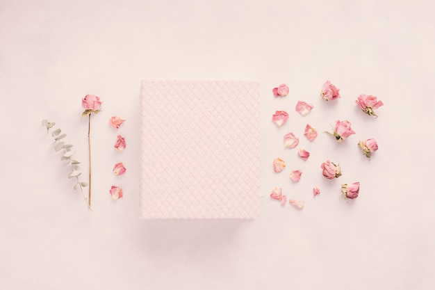 Notizbuch mit rosafarbener blume auf tabelle