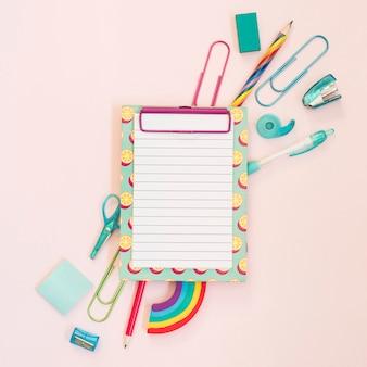 Notizbuch mit schulmaterial