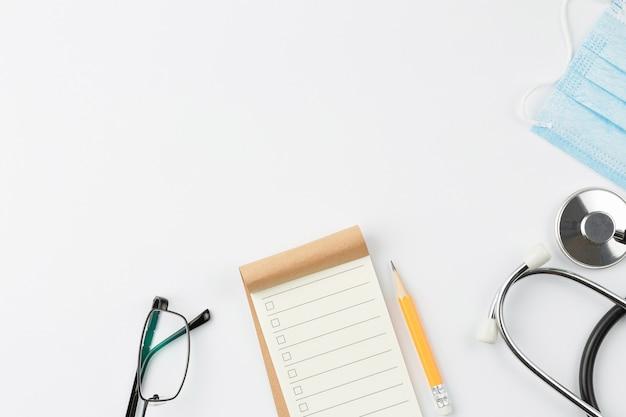 Notizbuch mit stethoskop und maske