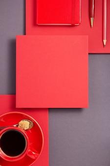 Notizbuch mit stift und tasse kaffee auf abstraktem grauem papierhintergrund, minimalistischer konzeptstil