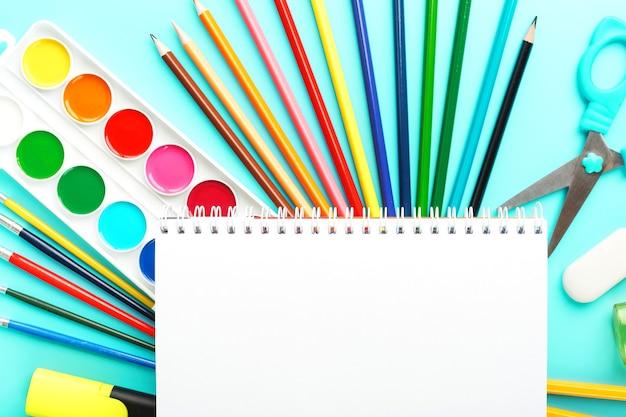 Notizbuch mit stiften und aquarellen