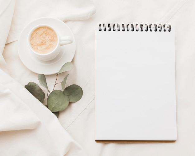 Notizbuch mit tasse kaffee