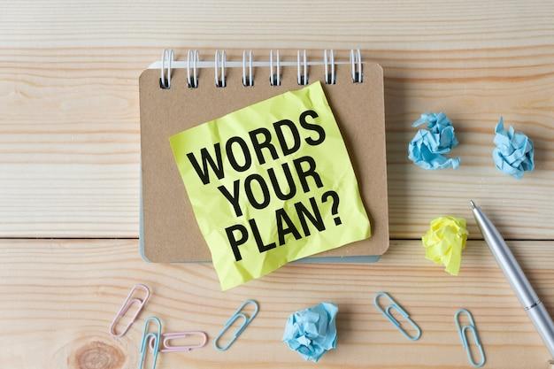 Notizbuch mit tools und notizen mit text was ist ihr plan, geschäft