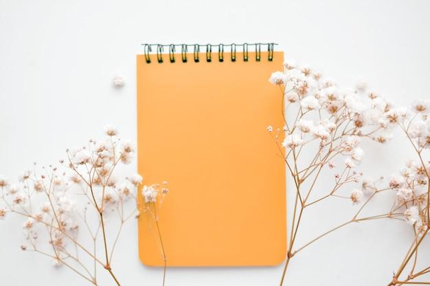 Notizbuch mit weißen blumen. draufsicht. speicherplatz kopieren.