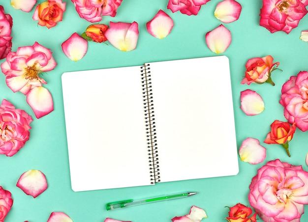 Notizbuch mit weißen leerseiten