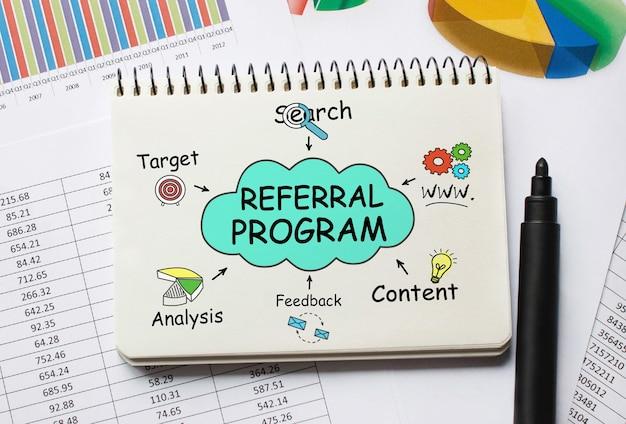 Notizbuch mit werkzeugen und hinweisen zum empfehlungsprogramm