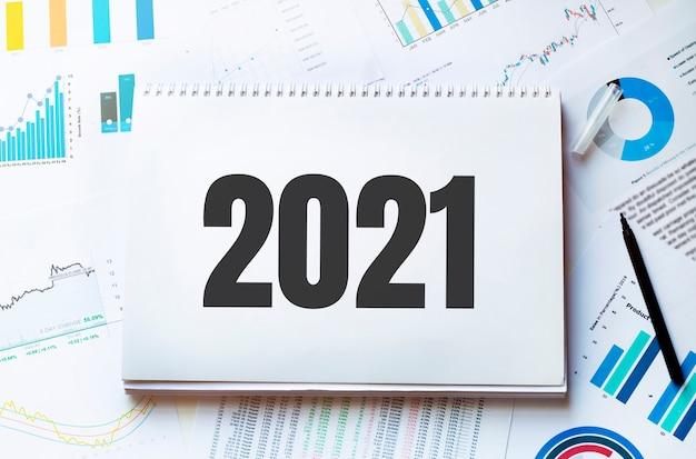 Notizbuch mit werkzeugen und notizen mit text 2021