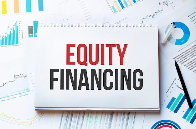 Notizbuch mit werkzeugen und notizen mit text eigenkapitalfinanzierung