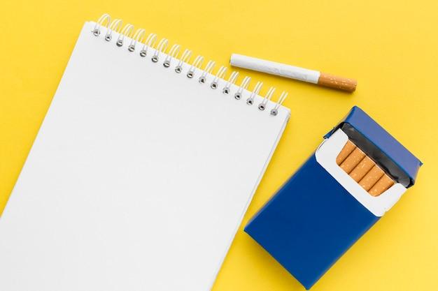Notizbuch mit zigarettenschachtel